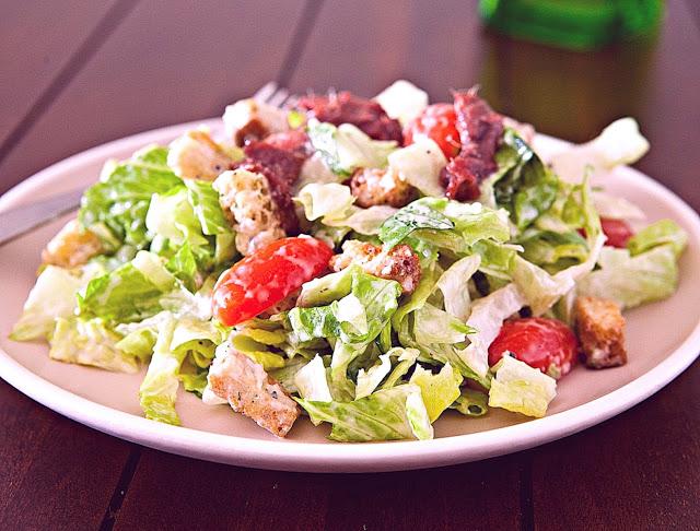 Салат «Цезарь» айсберг с помидорами, Салат «Цезарь» классический, Салат «Цезарь» романо, Салат «Цезарь» с курицей и креветками, Салат «Цезарь» с перепелиными яйцами, Салат «Цезарь» традиционный, Салаты «Цезарь» — коллекция рецептов, как правильно приготовить салат цезарь, приготовление салата цезарь рецепт, салат цезарь классический рецептэ, салат цезарь настоящий рецепт, салат цезарь оригинальный рецепт, заправка для салата цезарь классическая, правильный салат цезарь, что нужно в салат цезарь, греческий салат, цезарь салат рецепт классический, цезарь салат рецепт с курицей и сухариками, греческий салат рецепт классический, как приготовить греческий салат, приготовление греческого салата, салат с помидорами рецепт, салат с сыром рецепт, праздничный салат. как приготовить праздничный салат, праздничные блюда оецепт с фото, греческий салат фото, http://eda.parafraz.space/, Снеговики из безе для новогоднего стола «Цезарь» -тематическая подборка рецептов и идей